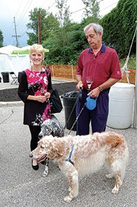 Photo-3---Donna-and-Steve-Rolando-and-their-English-Setters,-Pippin-and-Winnie.jpg
